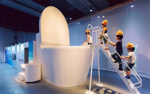 שקופיות שירותים וכובעי קקא – ברוכים הבאים לתערוכה הכי שטותית בטוקיו
